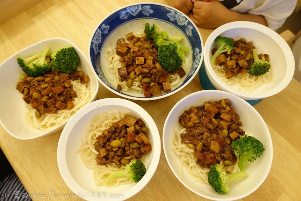 【廚房菜鳥。第一次煮飯就上手】看了一堆食譜綜合做出的~菜鳥牌一鍋炒到底「炸醬麵」!料多微甜~意外的好吃ㄝ!
