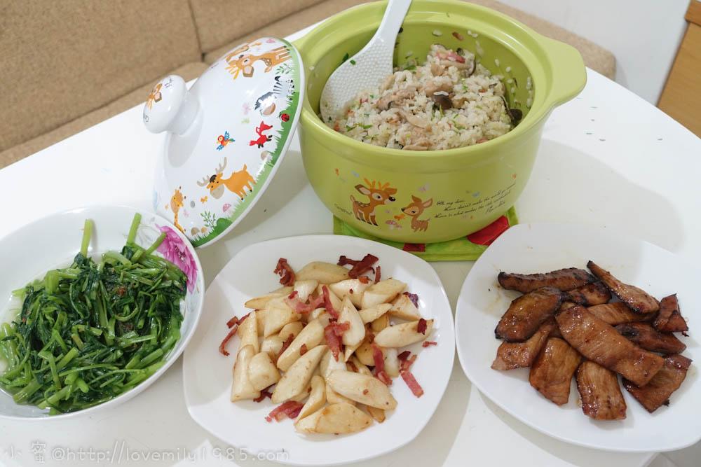 【廚房菜鳥。第一次煮飯就上手】超神奇的麻油香菇雞肉燜飯.培根筊白筍.烤松阪豬~第一次燜飯緊張又刺激,極簡單食譜,快又好吃!
