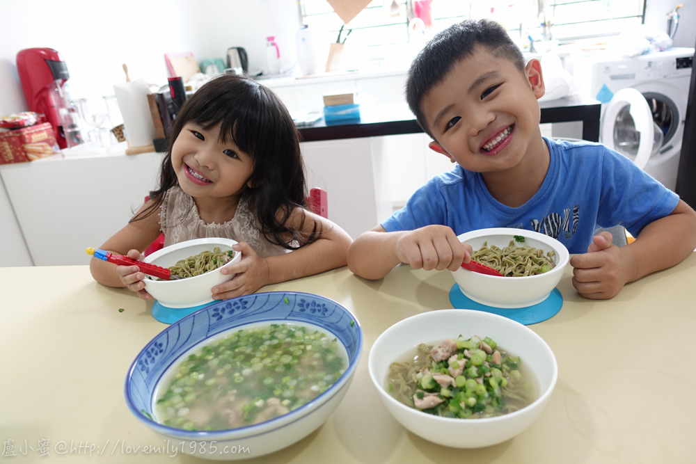 【廚房菜鳥。第一次煮飯就上手】增強抵抗力!快速上菜的「蔥雞湯麵」,超簡單,而且很有雞湯味ㄝ!蔥很多但小孩意外的很愛(改編自詹姆士蔥雞湯)