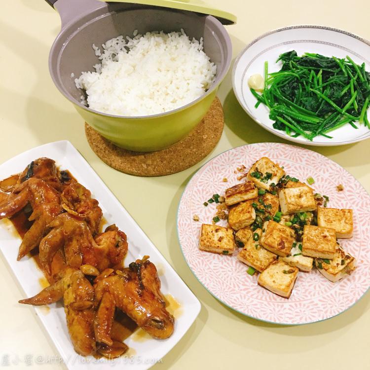 【廚房菜鳥。第一次煮飯就上手】爆炸好吃的「吮指雞翅」~美味到誒搭機!另有不太入味的「椒鹽板豆腐」XD,隨便炒個青菜就是三菜上桌!食譜+有點好笑的實作
