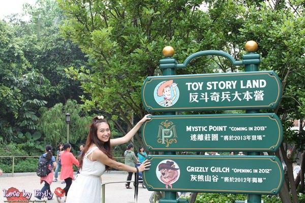 胖na出國初體驗。香港HK。 Day3-2 迪士尼樂園【反斗奇兵大本營。笑匠歡宴坊。小小世界。飛天巡遊】